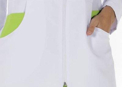 Detalle chaqueta moderna sanitaria mujer